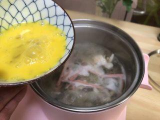 三鲜菌菇汤,鸡蛋打散转圈淋入锅中。