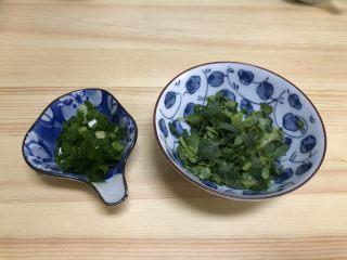 三鲜菌菇汤,葱和香菜切成末。