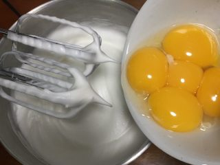 戚风蛋糕-黄油版,加入蛋黄。