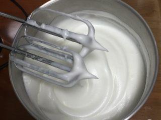 戚风蛋糕-黄油版,继续搅打50圈,蛋白浓稠再加入最后的15克细砂糖。