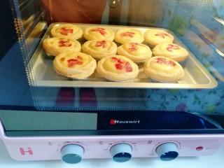 草莓蛋挞,快烤好了,满屋子都是蛋挞的香甜味。