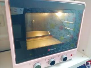 草莓蛋挞,烤箱上下管200度预热。