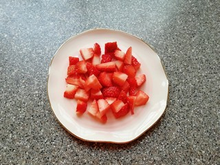 草莓蛋挞,草莓洗干净切成小块。