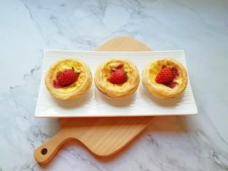 草莓蛋挞,放上草莓鲜果装饰一下。