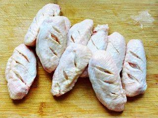 秘制可乐鸡翅,然后用刀在鸡翅上划上几刀,这么做可以让鸡翅更入味。买鸡翅的时候最好选择大小差不多的。