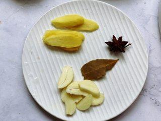 秘制可乐鸡翅,准备好配料。将生姜洗净去皮后切片,大蒜去皮后切片备用。