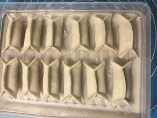 锅贴,全部按照上面的方法把锅贴包好。