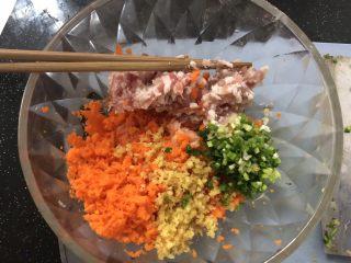 锅贴,胡萝卜切碎,虾仁剁碎,加入肉糜,姜沫和葱花。