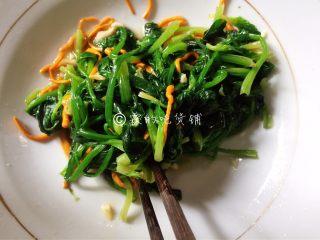 凉拌虫草花菠菜,充分拌匀。