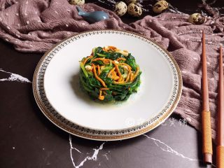 凉拌虫草花菠菜,完成。