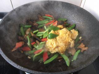 肉片炒黑鸡枞,放入炒好的鸡蛋和彩椒,翻炒均匀。