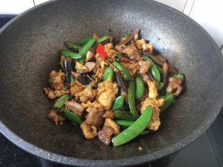 肉片炒黑鸡枞,淋入少许的花椒油即可。