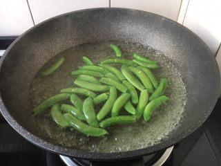 肉片炒黑鸡枞,锅里放入水,水开后放入少许盐盐和2滴油,放入甜豆,焯水至甜豆断生,捞出过凉水,沥干水分备用。