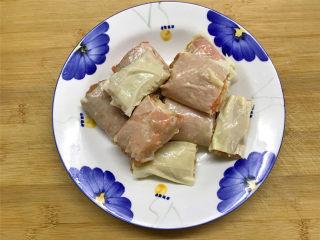 豆腐衣肉卷,把卷好的豆腐衣肉卷切成大小差不多的小段。