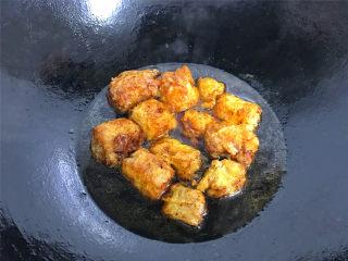 豆腐衣肉卷,加少许糖调味后把炸好的豆腐衣肉卷放入锅中。