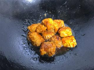 豆腐衣肉卷,大火煮开后转中小火,煮至豆腐衣肉卷熟透,汤汁浓稠即可熄火