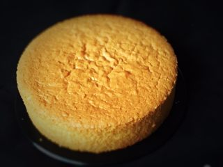 戚风蛋糕-黄油版,三小时后再脱模,漂亮的蛋糕就出来了。