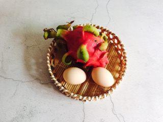 火龙果蒸蛋,准备好鸡蛋和红心火龙果