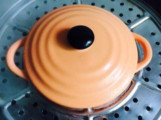火龙果蒸蛋,锅里加入足够的水烧开把器皿放在蒸格上盖上盖子或是保鲜膜