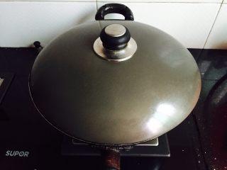 火龙果蒸蛋,盖上锅盖中火蒸七分钟