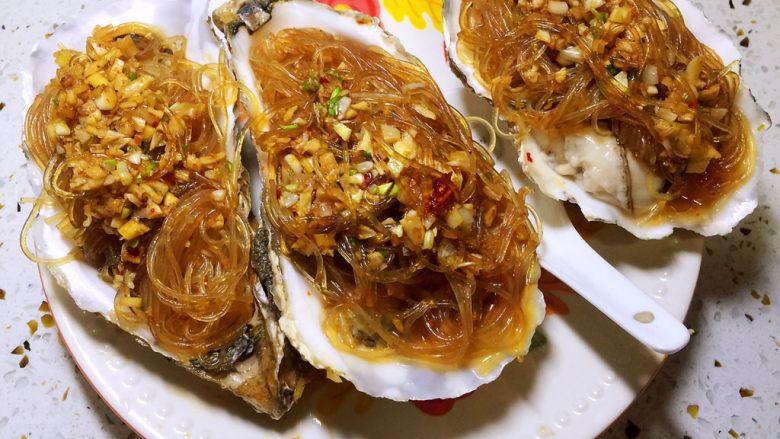 蒜蓉粉丝蒸生蚝,将搅拌好的粉丝放生蚝肉上