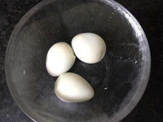 砂锅土豆粉,鹌鹑蛋3个煮熟、去壳