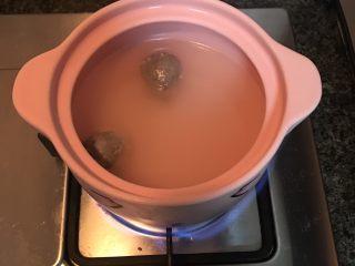 砂锅土豆粉,放入牛肉丸大火煮5分钟