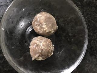 砂锅土豆粉,冷冻牛肉丸自然解冻后洗净