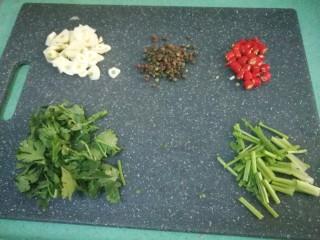腌黄瓜,准备好配料,蒜瓣切小块,辣椒切丁,香菜根和叶子分开切