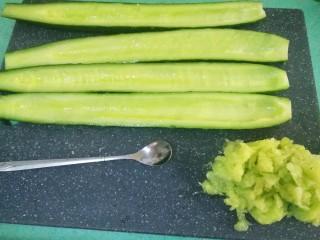 腌黄瓜,用勺子把中间的瓜囊挖出来(挖出来做的腌黄瓜才脆哦)