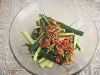腌黄瓜,加入调制好的调料