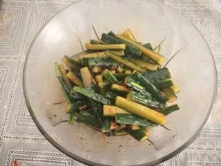 腌黄瓜,翻拌均匀,腌制半小时,中途可以翻拌一次