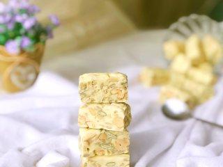 果仁牛轧糖,我做的是软糖所以要凉透切块儿,硬糖的话要在还温热时切块儿。