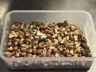 果仁牛轧糖,提前准备好所有材料,其中果仁要烤熟或炒熟,然后混合均匀。