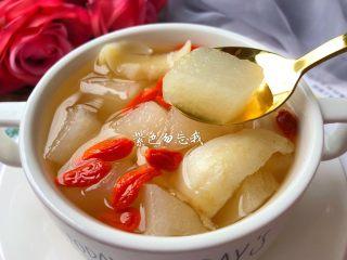 百合雪梨润肺汤,好喝的润肺汤做好了,口感清甜,一碗喝下去全身舒服。