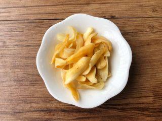 百合雪梨润肺汤,把干百合清洗干净,沥干水,放入小碗里待用。