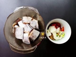 酸辣香酥带鱼,将带鱼洗净切段,加入适量料酒、盐、生抽拌匀腌制15分钟;配菜切成如图所示。
