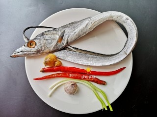 酸辣香酥带鱼,准备材料如图。