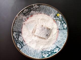 酸辣香酥带鱼,将腌制好的带鱼裹上一层粉,每一块都裹好备。
