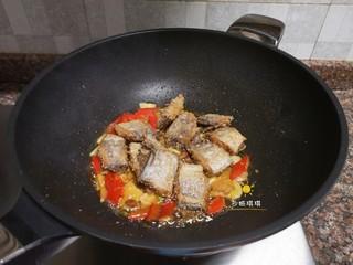 酸辣香酥带鱼,放入带鱼块翻炒2分钟即可出锅。