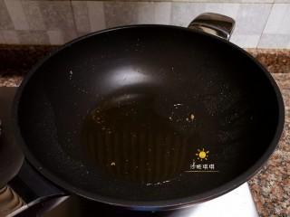 酸辣香酥带鱼,捞出煎好的带鱼块,锅里留少量油。