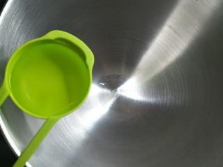 爆浆抹茶冰心面包,在盆中加入70ml清水,夏天替换成等量冰水