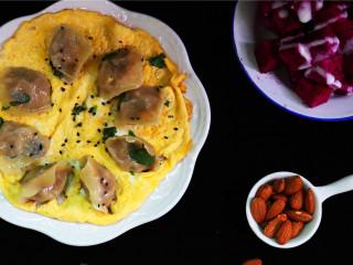 5分钟快手早餐,嫩黄的蛋液中,几近透明的饺子在其中若隐若现,青葱颜色翠绿,看着就有食欲!