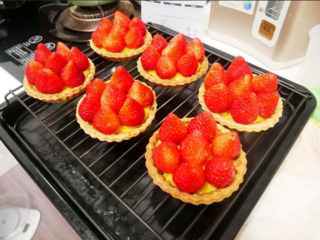 卡士达草莓塔,烤好后取出放凉摆上草莓洒上糖粉即完成。
