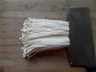 花开富贵香肠菇,金针菇洗净切去老根。