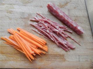 花开富贵香肠菇,切红萝卜丝和香肠丝。