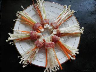 花开富贵香肠菇,将香肠菇放入盘中摆好。