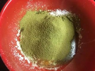 爆浆抹茶冰心面包,制作抹茶卡仕达酱,两个全蛋(也可以用四个蛋黄)➕ 35克玉米淀粉➕10g抹茶粉