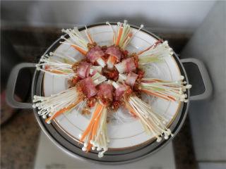花开富贵香肠菇,将蒜蓉酱浇在金针菇上。