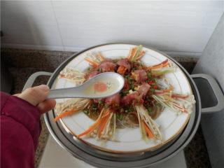 花开富贵香肠菇,撒葱花,浇上一勺热油。